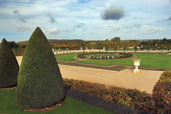 Overview of the Great Perspective central promenade at Versailles Gardens