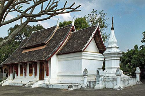 Chant with the monks at Wat Souvanna Khiri