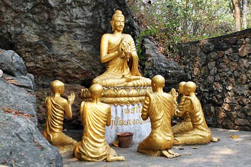 Sculptures in rock nooks at Wat Thammo Thayaram