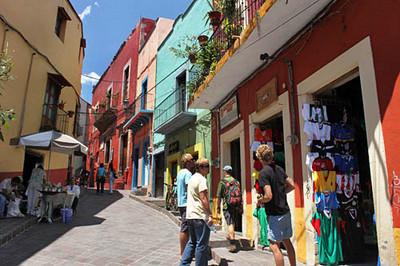 Street scene near Plaza Baratillo