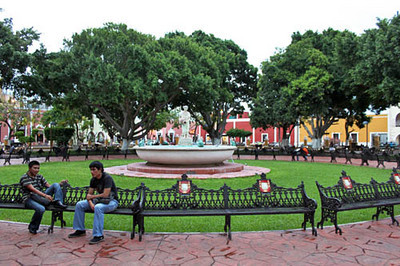 Central fountain by day at Plaza Principal