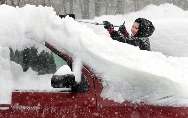 Ken Yuszkus/Staff photo. Salem:  Dee Demers removes the snow from atop her vehicle during the snowstorm in Salem Wednesday morning.