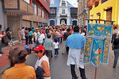 Faithful carry Virgen de la Puerta throughout the streets of Lima