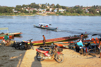 Crossing from Thailand to Laos in long tail boat