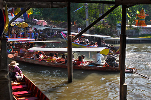 Two canals (klongs) intersect at floating market