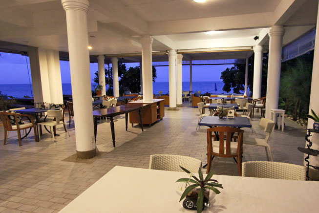 Restaurant at Nern Chalet Beachfront Hotel serves delicious food