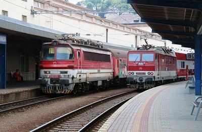 240 051 & 263 003 at Bratislava Hlavna Stanica on 2nd July 2015 (2)