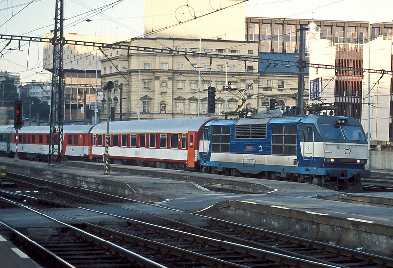 ZSSK 350-012 brings the empty stock for an express to Bratislava into Praha Hlavni on 22 September 2005