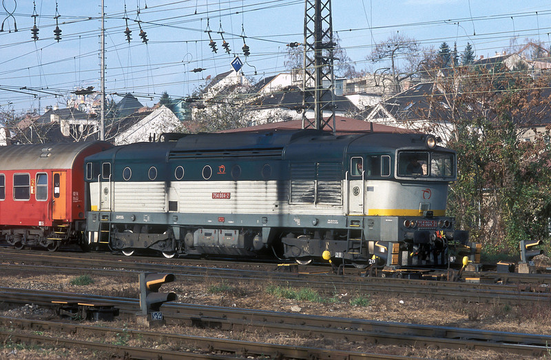 ZSSK 754-084 carefully picks its way through the maze of pointwork at the eastern end of Bratislava HS on 8 November 2006