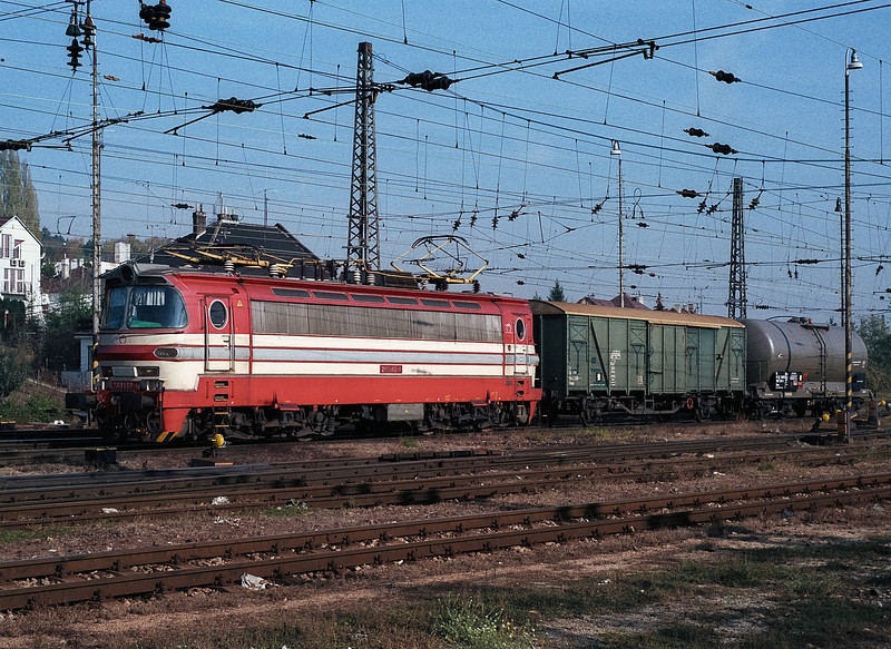 240-140 runs into Bratislava Hlavni Stanica with a very short freight on 8 November 2006