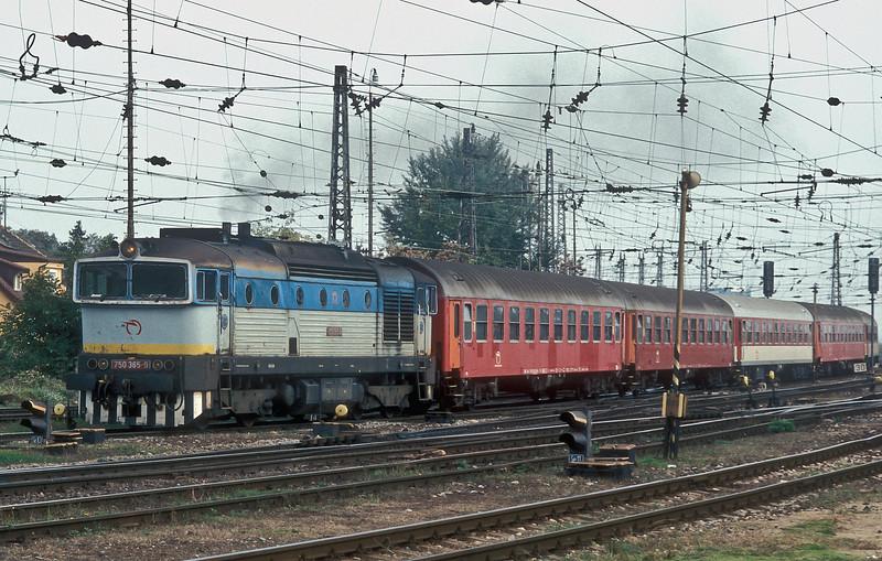ZS 750.365 runs into Bratislava Hlavna Stanica with empty stock on 10 October 2007