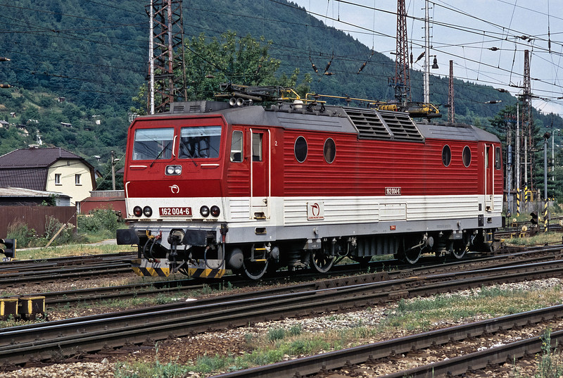 ZSSK 162.004 pauses as it runs around its train at Zilina on 26 June 2008