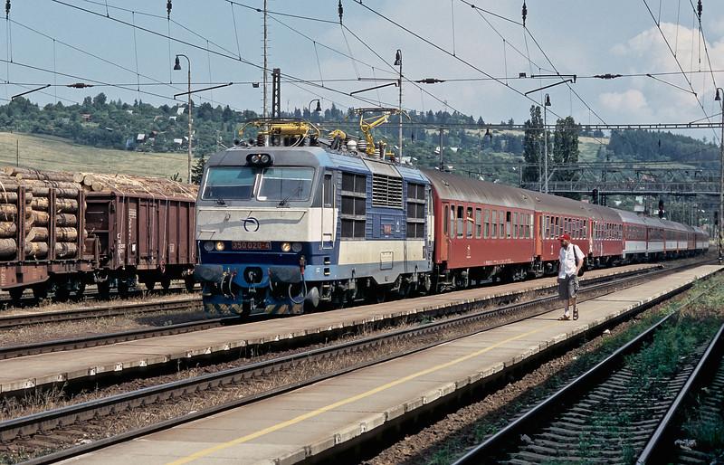 ZS 350.020 runs into Liptovsky Mikulas with R608, the 1210 from Kosice to Bratislava, on 27 June 2008
