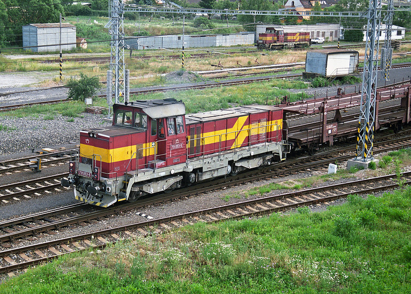 731.053 shunts the empty car carrier for the overnight service from Poprad-Tatry to Praha on 29 June 2008 with sister engine 731.054 in the sidings on the far side of the line