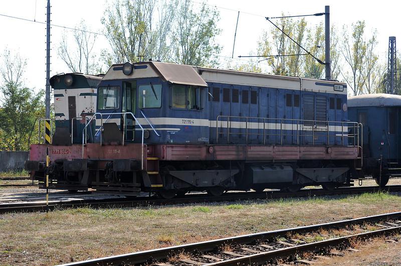 Standard gauge 721-115 sits in front of broad gauge 771-804 at Haniska pri Kosiciach on 27 September 2011