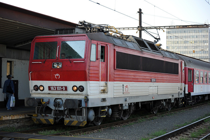 ZS 163-101 prepares to uncouple from its train at Kosice on 27 September 2011