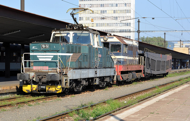 ZS 110-041 and 721-039 double up to remove a car carrier from the overnight service at Kosice on 27 September 2011