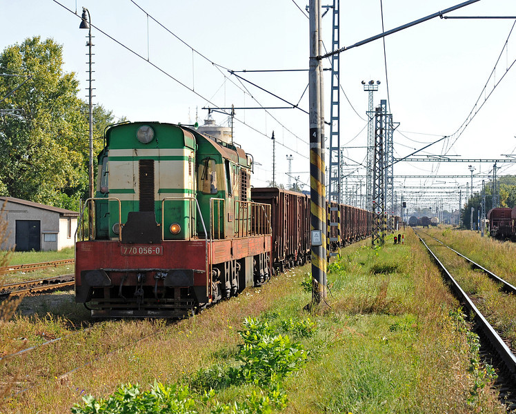 A through road runs between the depot and the station at Cierna nad Tisou zastava and gives access to the yards and complexes further west. ZS 770.056 passes on 26 September 2011 with a long rake of open wagons