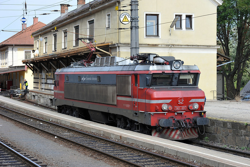 SZ 363-031 sits at the Austrian border station of Spielfeld Strass to await a freight working