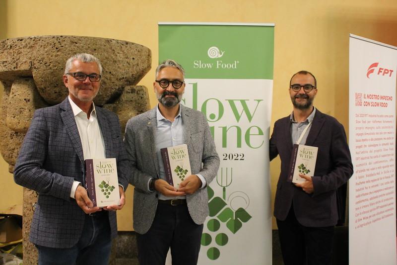 Fabio Giavedoni e Giancarlo Gariglio, curatori della guida Slow Wine 2022, con Federico Varazi, Vicepresidente Slow Food Italia