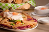 Salada com aspargos, radicchio e salmão