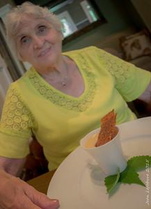Carmelle avec son petit pot de crème!
