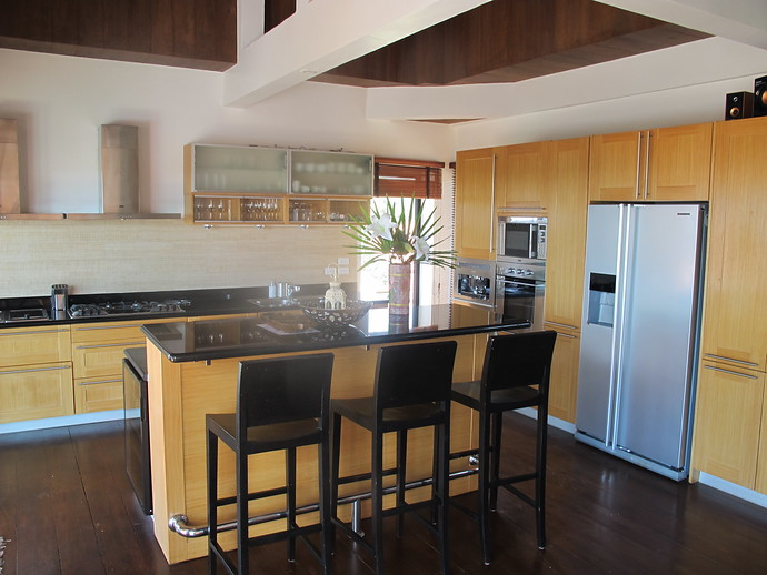 Fully equipped kitchen with a an Island and seating