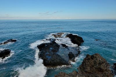 Rochers volcanique en bord d'océan indien