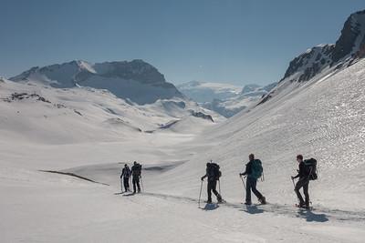 Roche Blanche (huisberg Ref. de la Leisse) in zicht. Pointes de Pierre Brune links op de achtergrond, en in de verte, in het midden, Dôme de Chasseforêt en Glaciers de la Vanoise