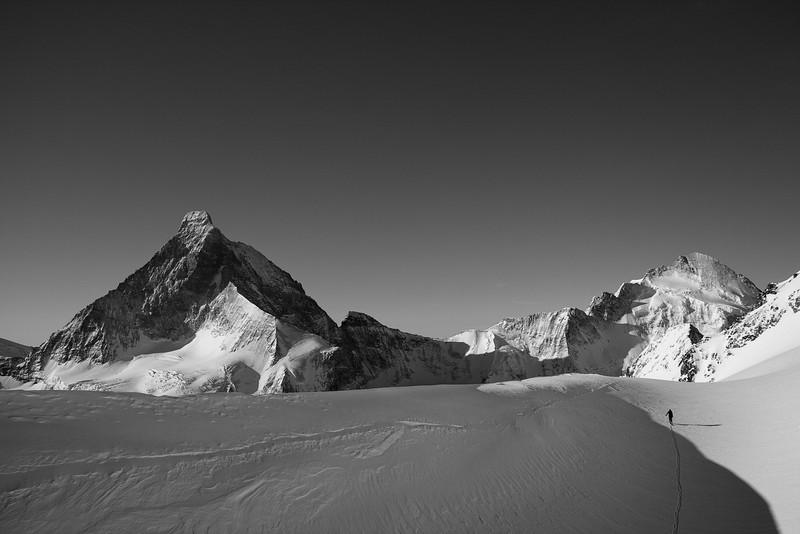 Skiing across Col Durand; Matterhorn and Dent d'Hérens in the distance. Wallis, Swiss alps
