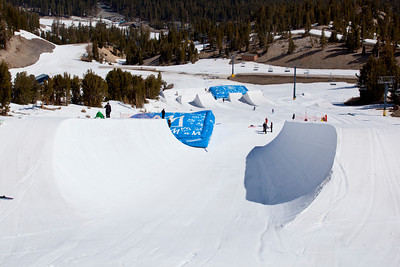 Mammoth Mountain's Unbound Terrain Park halfpipe and US Snowboarding airbag set up. (Mammoth Mountain : Peter Morning)