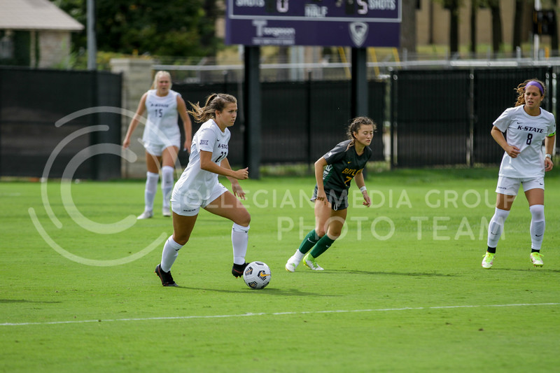 Sophomore Erin Morrisey moves the ball down the field during the October 10, 2021 game against Baylor. (Sophie Osborn | Collegian Media Group)