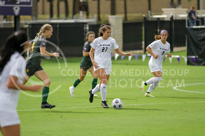 Sophomore Erin Morrisey concentrates on moving the ball down the field during the October 10, 2021 game against Baylor. (Sophie Osborn | Collegian Media Group)