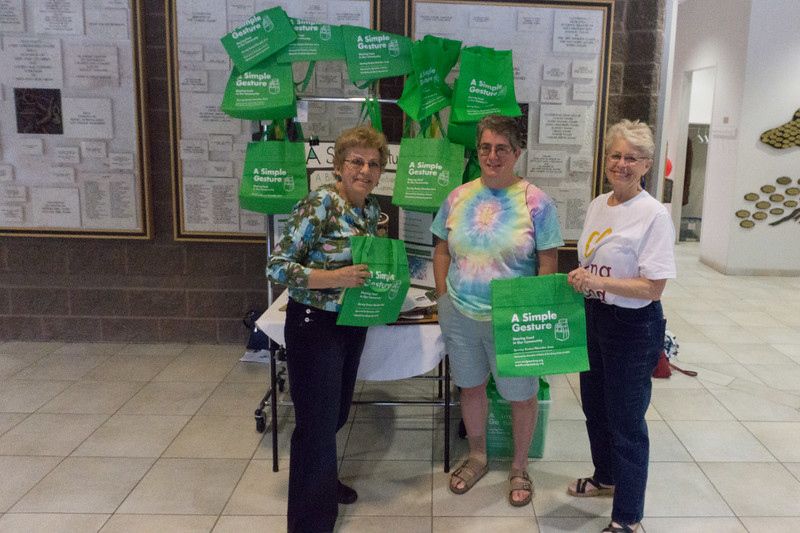 2017-04-02 GDD Shoreshim handing out Cool Green Bags-02101