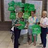 2017-04-02 GDD Shoreshim handing out Cool Green Bags-02101