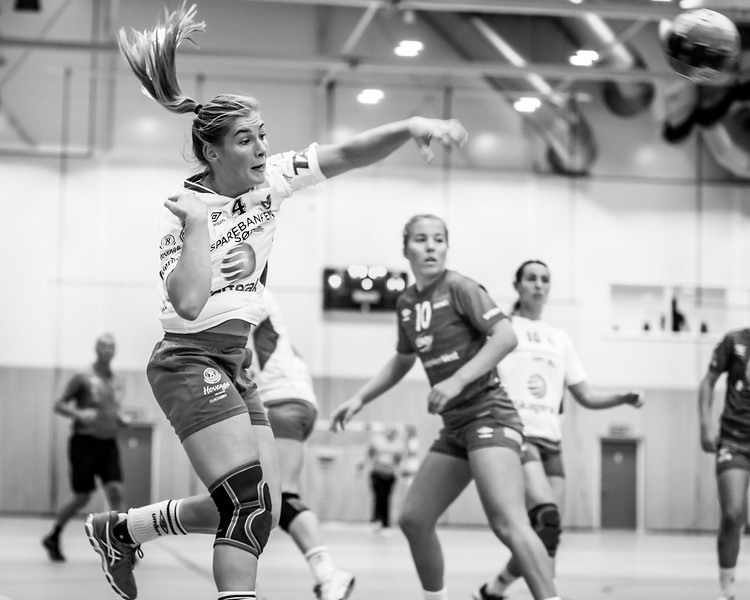 Nathalie Hendrikse (@nathaliehendrikse) from Gjerpen HK Skien (@gjerpenhandball) with a great shot at goal.