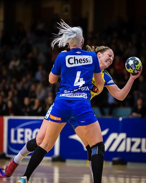 Tertnes (@tertneshandballelite) versus Storhamar (@storhamarhandballelite). Celine Sivertsen (@celinesivertsen) with a great defencive tackle stops  Ellen Marie Folkvord form scoring.