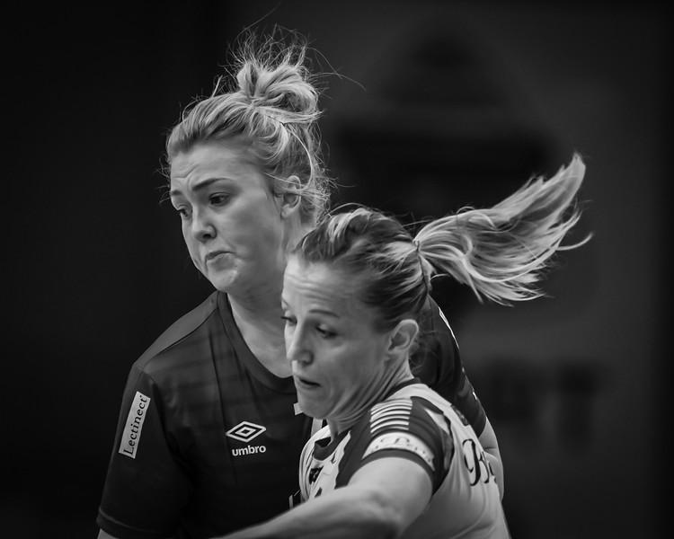 Tertnes (@tertneshandballelite) versus Storhamar (@storhamarhandballelite). Duel between Heidi Løke (@heidiloeke) and Vilde Johansen (@vildeingeborg).