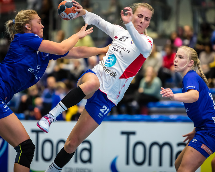 From yesterdays match between Tertnes (@tertneshandballelite) and Gjerpen (@gjerpenhandball). Here is Gjerpen's top scorer, Frederikke Gulmark (@fcgulmark), on her way to score one of her 7 goals.
