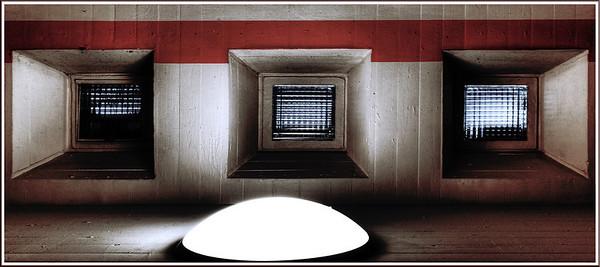 Klinikum Solingen - REAKTORKERN - 2006  Vom Treppenhaus des Hauptgebäudes hat man durch diese speziellen Sichtgläser von jedem Stockwerk direkte Einsicht auf den Kern des zentralen Leichtwasser-Reaktors des Klinikums.  Mit einer Leistung von 90 Megawatt eher klein, verhilft er dem Klnikum zur völligen Energieautarkie.  In einem eigenen, direkt neben dem Kern angbrachten Strahlenraum können außerdem modernste Strahlentherapien kostengünstig zur Anwendung kommen.
