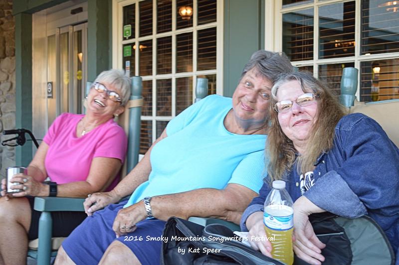 20160824wedSMSWFks 074 Tourists Mary Kay n Frances w Mary Hartman