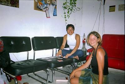 Ching og Eline að spila á hostelinu í Cádiz