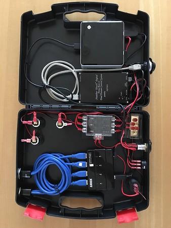 Koffer mit der kompletten Steuerung: Intel NUC mit Windows 7 Pro, Starlight Instruments Focus Boss II, 4x USB-3 HUB, Volt- und Amperemeter.<br /> <br /> Anschlüsse außen: 4x USB-3, 3x 12V (Zigarettenanzünder), 1x Ethernet (Focusser)