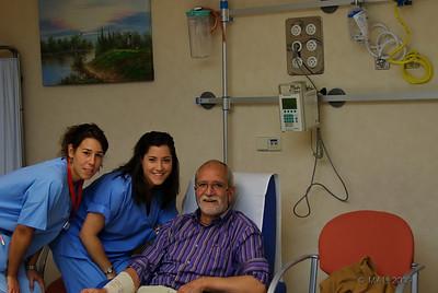 """16-11-2009  """"Quimioterapia"""" - Esta foto está hecha hace dos meses, cuando me estaban preparando para mi primera sesión de quimioterapia. Hoy, después de tres sesiones, los resultados del PET muestran que no queda rastro de ninguno de los tumores que tenía en distintas partes del cuerpo. Estoy básicamente curado, aunque tendré que completar tres sesiones más de quimio y un tratamiento de un año. Mi más profundo agradecimiento  a todas las personas que a lo largo de tantos años, con su trabajo, han contribuido a mejorar día a día los tratamientos de cáncer y a lograr que curaciones como la mía sean posibles.  """"Chemotherapy"""" - This picture was taken two months ago when they were preparing me for my first chemo session. Today, after three sessions, the PET results show that there is no sign of any of the tumors that I had in different parts of the body. I am basically cured, although I will have to complete three more sessions and one year of treatment. I'd like to express my gratefulness to the many people that with their work along so many years contributed to improve cancer treatments and to achieve that cures like mine be possible."""