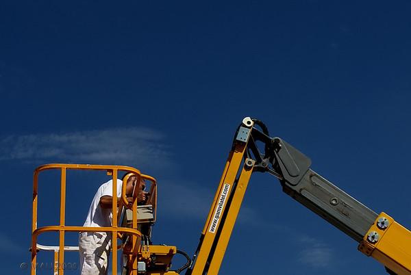 """""""Una Mañana en el Hospital (VII): Plataforma telescópica"""" - Estaban preparándose para hacer unas reparaciones en una de las fachadas.<br /> Todo fue bien con la operación. Ahora unos días de tranquilidad y estaré al 100%. Gracias a todos por vuestro interés.<br /> <br /> """"One Morning in the Hospital (VII): Telescopic platform"""" - They were getting ready to do some repair work on one of the facades.<br /> Everything went well with the operation. Now a few 'peaceful' days and I'll be at 100%. Thank you all for your interest."""