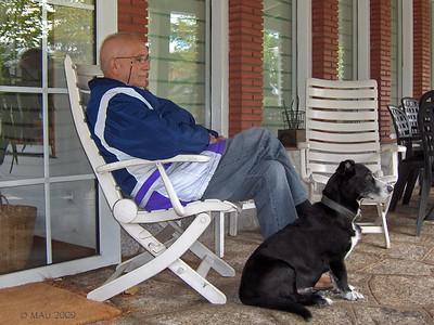 """15-11-2009  """"Mi perro y yo"""" - No es un autorretrato. La foto está hecha por mi hija Sara con su compacta el domingo por la mañana. Mañana lunes os explicaré por que no he publicado nada últimamente y os pondré al día de lo que me diga el oncólogo después de ver el último PET que me hicieron hace unos días.  """"My dog and me"""" - It is not a SP. It was taken on Sunday morning by my daughter Sara with her PS camera. Tomorrow (Monday) I will explain why I haven't posted any pictures lately and also will let you know what my oncologist has to say after he sees my last PET done a few days ago."""