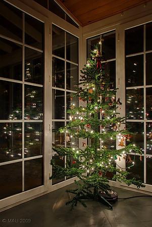 """09-01-2010<br /> <br /> """"3 por el precio de 1"""" - Es el árbol que tuvimos en casa estas pasadas Navidades. La fuente de luz era solo la del árbol y usé trípode.<br /> <br /> """"3 for the price of 1"""" - It's the tree we had in our house these past Christmas Holidays. Light source was only the tree and used a tripod."""