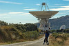 "11-11-2010  ""Llegando al MDSCC"" - Esta mañana, mi hermano y yo hemos ido desde Zarzalejo al MDSCC (Complejo Espacial de Comunicaciones de Madrid), una ruta de 30 KM ida y vuelta. En la foto aparece mi hermano y la antena DSS-63 (la llamada 'antena grande'), construida en 1974 como antena de 64 metros, y convertida a 70m a finales de los 80. Puede transmitir en bandas S y X con una potencia de hasta 400 kilowatios y recibir en bandas L, S y X. La DSS-63 pesa en total 8000 toneladas, de las que 3500 corresponden al plato. La superficie reflectante es de 4180 m2. Tanto mi hermano como yo trabajamos allí; yo durante 17 años (hasta 1985) y mi hermano durante 33, siendo Director del Complejo durante 19 hasta que se jubiló en 1999. Si tenéis curiosidad por saber algo más del MDSCC, esta es su página web <a href=""http://www.mdscc.org/"">http://www.mdscc.org/</a> y, si entráis, os sugiero que no dejéis de ver el vídeo de introducción.  ""Arriving to MDSCC"" - This morning, my brother and I have gone from Zarzalejo to MDSCC (Madrid Deep Space Communication Complex), a rout of 30 Km round trip. In the photo you can see my brother and the DSS-63 antenna (called 'the big one'), built in 1974 as a 64-meter antenna, and upgraded to 70 metres in the late 1980s. It can transmit in S and X-band with a power up to 400 kilowatts and receive in L, S, and X bands. DSS-63 weighs a total of 8000 tons, whereby the dish has a weight of 3500 tons. Its reflecting surface is 4180 m2. Both my brother and me worked there; I did for 17 years (until 1985) and my brother for 33, and he was the Complex Director during 19 until he retired in 1999. If you would like to know something more about MDSCC, this is the web site <a href=""http://www.mdscc.org/"">http://www.mdscc.org/</a> and, if you enter it, I suggest you don't skip the introductory video."