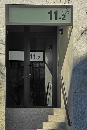 """04-3-2011  """"Extraño efecto espejo"""" - Cuando algo se refleja en un espejo se ve 'al revés',como en este caso la sombra en la pared y la barandilla. Pero ¿por qué no ocurre los mismo con el 11-2 del portal? ;-) Por cierto que este 11-2 es uno de los 44 nuevos números que he añadido hoy a mi <a href=""""http://www.rancho-k.com/Ensalada/Numbers/15848908_9EXeY"""">galería """"Números""""</a>. Si tienes curiosidad y vas a verla (pincha <a href=""""http://www.rancho-k.com/Ensalada/Numbers/15848908_9EXeY"""">AQUI</a>) léete la descripción de la galería o al menos la nota que he añadido hoy a la misma.  """"Strange mirror effect"""" - When something is reflected on a mirror it is seen 'reversed', like in this case the shadow on the wall and the handrail. But, why doesn't it happen the same with the 11-2 on top of the gate? ;-) By the way, this 11-2 is just one of the new 44 numbers I have added today to my <a href=""""http://www.rancho-k.com/Ensalada/Numbers/15848908_9EXeY"""">""""Numbers"""" gallery</a>. If you care to take a look at it (click <a href=""""http://www.rancho-k.com/Ensalada/Numbers/15848908_9EXeY"""">HERE</a>) read the description of the gallery or at least the note I have added today."""
