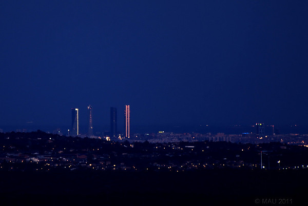 "06-4-2011  ""Crepúsculo sobre Madrid"" - Parte del 'skyline' de Madrid con Las Cuatro Torres (<a href=""http://es.wikipedia.org/wiki/Cuatro_Torres_Business_Area"">http://es.wikipedia.org/wiki/Cuatro_Torres_Business_Area</a>) vista desde El Escorial a 50 Km. Como mi teleobjetivo no es gran cosa, está un poco recortada para hacer 'zoom digital'.  ""Twilight over Madrid"" - Part of Madrid's skyline with The Four Towers (<a href=""http://en.wikipedia.org/wiki/Cuatro_Torres_Business_Area"">http://en.wikipedia.org/wiki/Cuatro_Torres_Business_Area</a>) as seen from El Escorial at a distance of 50 Km. As my tele is not that long, I have cropped the image a bit for some 'digital zoom'."